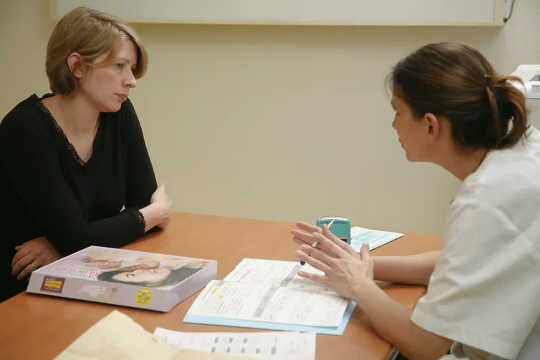 Một phụ nữ mang thai nói chuyện với nhà cung cấp dịch vụ chăm sóc sức khỏe của mình. (tại sao fda cảnh báo phụ nữ mang thai không sử dụng thuốc giảm đau không kê đơn)