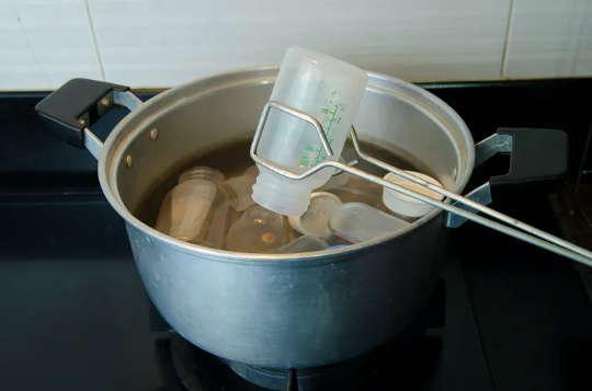 在沸水中对婴儿奶瓶进行消毒比其他任何过程都释放出更多的微量塑料。