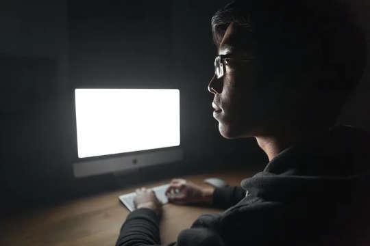 Baie hikikomori kyk die wêreld met behulp van die internet. (om mense te verstaan wat verkies om in uiterste isolasie te leef)