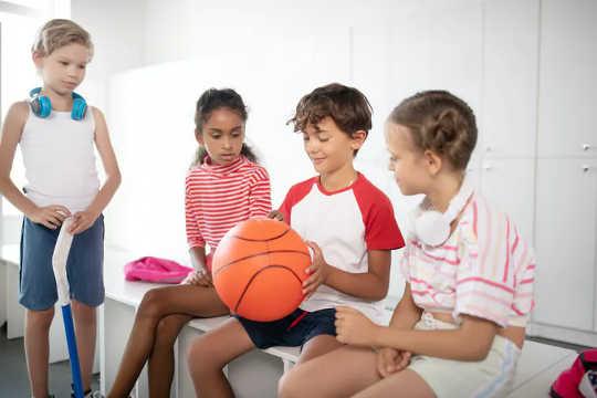 A Educação Física (EF) pode ensinar as crianças a trabalharem juntas e resolverem conflitos. (por que os benefícios do pe são mais do que apenas condicionamento físico)