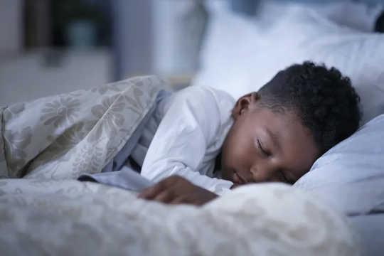 Los niños menores de 12 años necesitan entre 9 y 12 horas de sueño por noche. (por qué los expertos en sueño dicen que es hora de deshacerse del horario de verano)