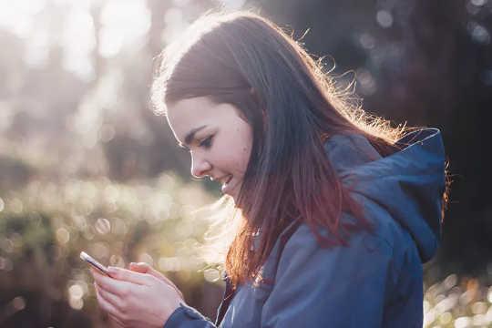 年轻人对涉及对话的沟通更加敏感。 (为什么有些年轻人调出政府covid 19消息)