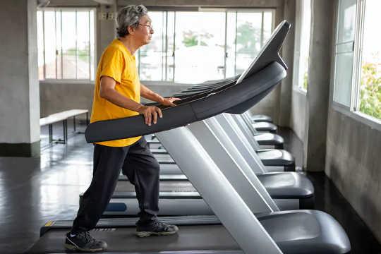 11 Đi bộ trên bề mặt bằng phẳng làm tăng nguy cơ ngã ngay sau khi tập thể dục. (cách đi bộ xuống dốc làm tăng nguy cơ té ngã ở người lớn tuổi)