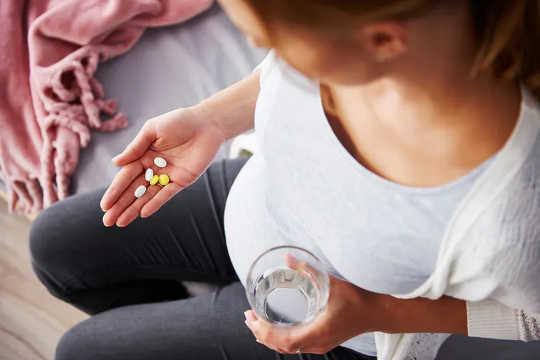 Hamile kadınlar 400 ug Folik Asit (BMI 5000'dan fazla ise 30 ug) ve 10 ug D Vitamini almalıdır.