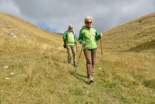 In che modo camminare in discesa aumenta il rischio di cadute negli anziani