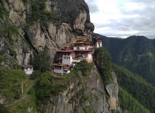 In Bhutan leef mense grotendeels in harmonie met die natuurlike wêreld. (die mensdom en die natuur is nie apart nie ...)