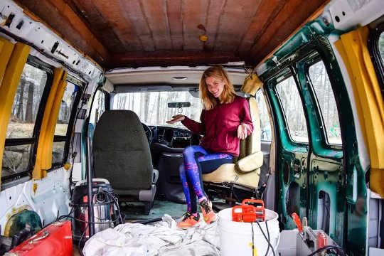 Seorang wanita menyiapkan sebuah van yang dia rancang untuk pindah ke New Hampshire. (mengapa sebilangan pekerja memilih untuk tinggal di van mereka)