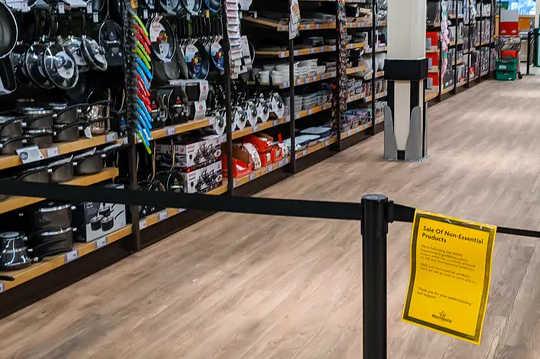 Galler'deki bir dükkanda gerekli olmayan ürünlerle ilgili kısıtlamalar.