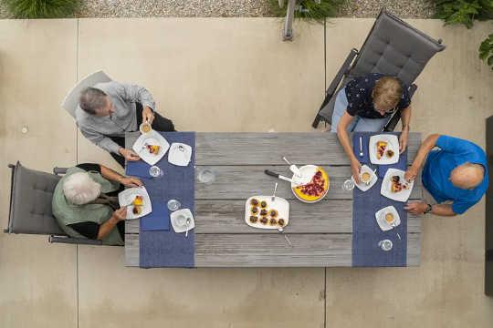 Sentar longe ou mesmo em mesas separadas do lado de fora reduzirá a chance de propagação do coronavírus