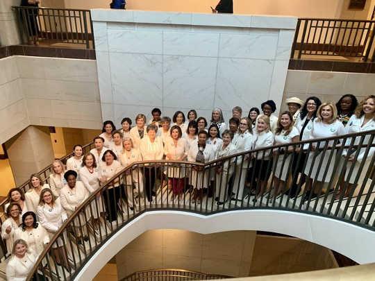 As mulheres democratas da Câmara vestiram roupas brancas para homenagear as sufragistas, em 4 de fevereiro de 2020, em homenagem ao 100º aniversário da ratificação da 19ª emenda, que proibia os estados de negar o direito de voto com base no sexo.