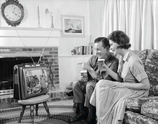 它不是完美的,但是诸如电视,报纸和书籍之类的旧媒体经常使我们暴露于各种各样的信念。