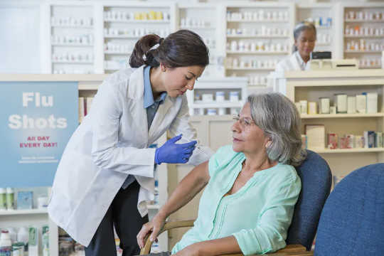 As vacinas contra a gripe carregam uma versão morta do vírus; a vacina não causa a gripe. (por que os ingredientes da vacina contra a gripe não vão te machucar)