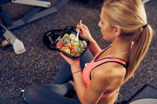 Углеводы и белок после тренировки могут помочь в восстановлении. (следует ли вам есть до или после тренировки, зависит от ваших целей в фитнесе)
