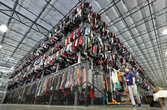 Tweedehandse klereverkope neem toe - en kan help om die volhoubaarheidskrisis in die modebedryf op te los