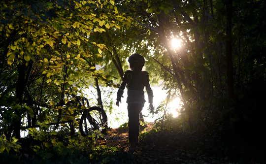 Conectar-se à natureza é bom para as crianças, mas elas podem precisar de ajuda para lidar com um planeta em perigo