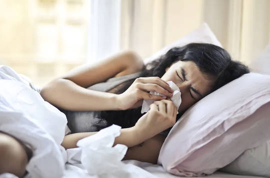 آنتی بیوتیک ها در فصل سرماخوردگی و آنفلوآنزا: چرا آنها معمولاً کمکی نمی کنند و ممکن است ضرری داشته باشند