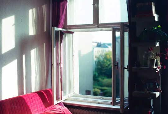 Åpne vinduer og dører for å øke luftstrømmen og bidra til å fjerne luftbårne partikler.