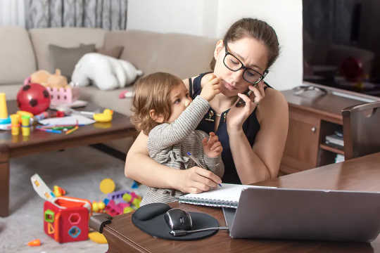 Verhoogde verantwoordelikhede vir kindersorg kan een van die redes wees wat tinnitus vir vroue vererger. (waarom die koronavirus-pandemie die tinnitus by baie lyers vererger het)