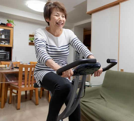 Berolahraga mengedarkan sel kekebalan Anda. (Latihan di rumah ini dapat membantu orang tua meningkatkan sistem kekebalan dan kesehatan mereka secara keseluruhan)