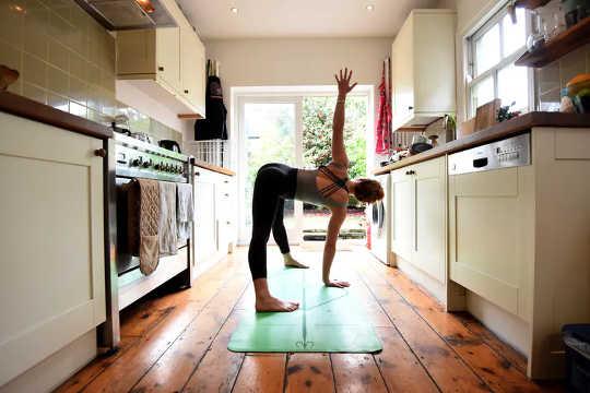 Evde egzersiz yapmak. (neden bazı insanlar kilitlenme sırasında oluşturdukları yeni alışkanlıklara bağlı kalmayı daha kolay buluyor)