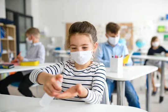 子供は大人と同じ速度でコロナウイルスを感染させる可能性があります:学校とCOVID-19について私たちが今知っていること
