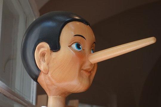 強力な人々がどのように嘘を使って現実をねじるのか