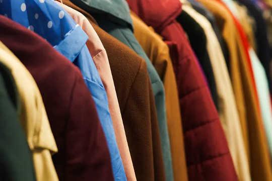 捐贈衣服是比扔掉衣服更環保的選擇。 (從棉田到垃圾場的襯衫展示了快速時尚的真正成本)