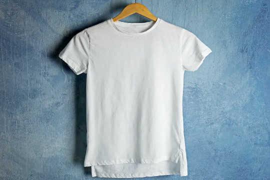 從棉田到垃圾場的T卹顯示了快速時尚的真正成本