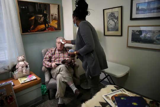 In betreuten Pflegeeinrichtungen und Pflegeheimen stehen die Bewohner häufig mit vielen Mitarbeitern und untereinander in Kontakt.