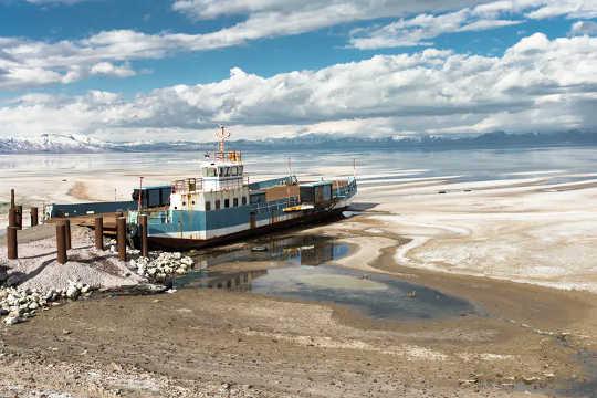 با کوچک شدن دریاچه ارومیه یک قایق باقی مانده تا زنگ زد.