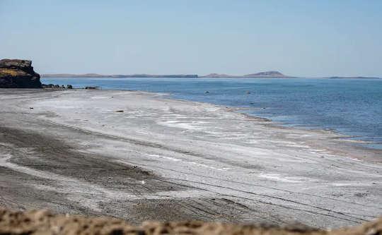निरंतर जल के उपयोग की कमी ने झीलों और सूखे पर्यावरणीय विनाश को कम किया है
