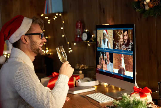 سيكون عيد الميلاد مختلفًا هذا العام ، لكن من المهم الاحتفال معًا ، حتى عبر الإنترنت