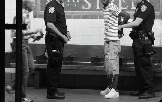 השיטור 'עצור וריצה' בניו יורק הביא לרוב לאשמות החזקת מריחואנה ולמוקד גברים צעירים שחורים. זה הוכרז כלא חוקתי ב -2013.