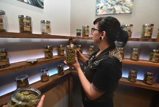 Khách hàng phải từ 21 tuổi trở lên để mua cần sa từ các quầy thuốc như Oregon's Finest, ở Portland.