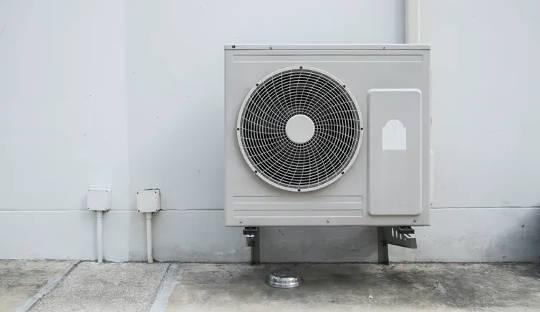 Luftwärmepumpen entziehen warme Luft von außen, um das Haus zu heizen.