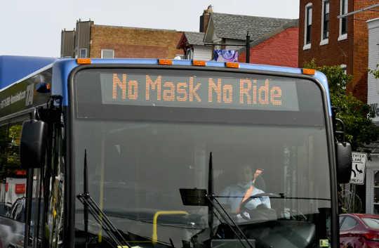 12 14 2 Một chiếc xe buýt nhắc nhở mọi người 'Không đeo mặt nạ Không đi xe' vào tháng 2020 năm XNUMX (mặt nạ và quy định quyền cá nhân và quy định của chính phủ đều cần thiết cho một xã hội tự do)
