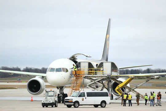 Penghantaran pertama vaksin COVID-19 dimuat ke dalam pesawat UPS di Lansing, Michigan, pada 13 Disember 2020.