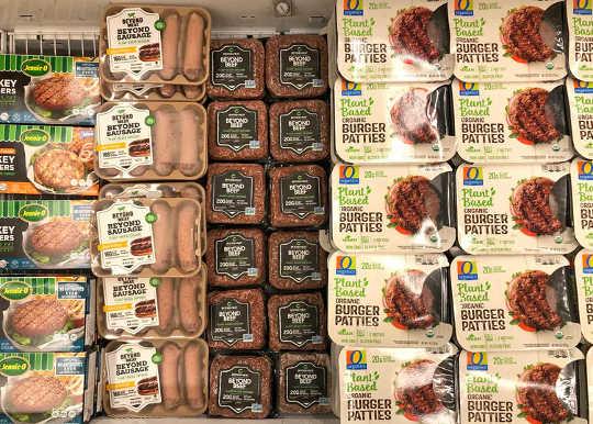 تحتوي متاجر البقالة على عدد متزايد من بدائل البروتين النباتي. (ستة أشياء يجب معرفتها عن تناول كميات أقل من اللحوم والمزيد من الأطعمة النباتية)