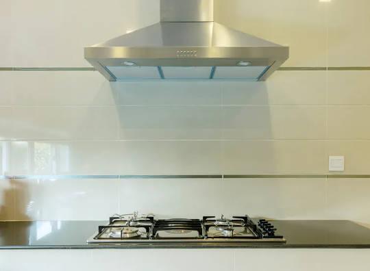 使用時,抽油煙機可有效減少用燃氣烹飪時釋放的顆粒。