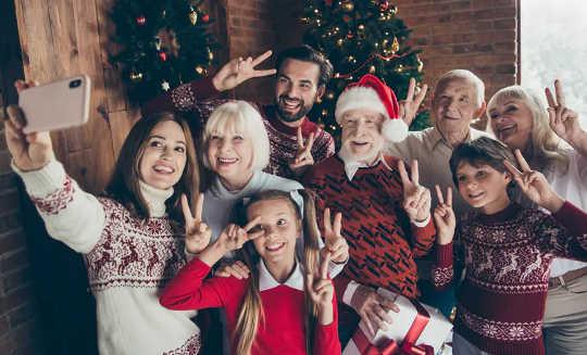هل يجب أن تزور عائلتك في عيد الميلاد هذا العام؟