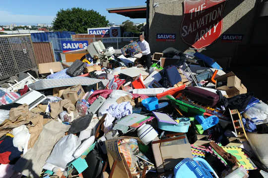 Hadiah Krismas yang tidak diingini dapat menumpuk di tempat pembuangan sampah dan di kedai amal.