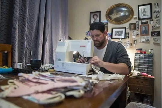 Kleermaker Derek Nye Lockwood naait gezichtsmaskers voor ziekenhuizen op zijn eettafel in de Spaanse wijk Harlem in New York, 22 april 2020.