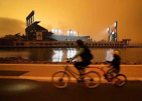 Asap dari kebakaran hutan menjadi oren langit tengah hari di San Francisco pada 9 September 2020.