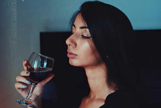 هل تخبر نفسك أنك بحاجة إلى كأس من النبيذ للاسترخاء؟ جرب طرقًا جديدة.