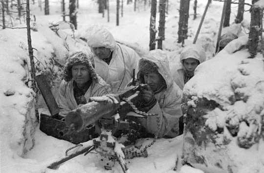 Het barre weer legde de vijandelijkheden in Europa stil, maar de Finse Winteroorlog met Rusland woedde voort.