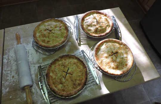 Tourtière là một món ăn thiết yếu trong ngày lễ và chắc chắn có thể được nâng lên hàng một món ăn quốc gia của Québec.