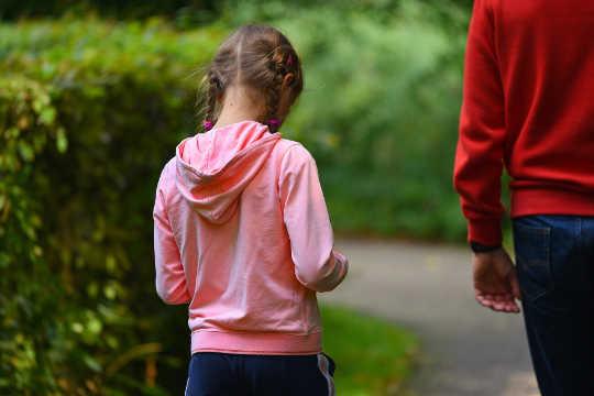 爸爸如何在与女儿谈论身体形象时步履蹒跚