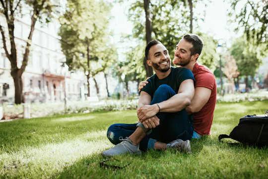 El contacto físico cariñoso tiene muchas ventajas para su relación.