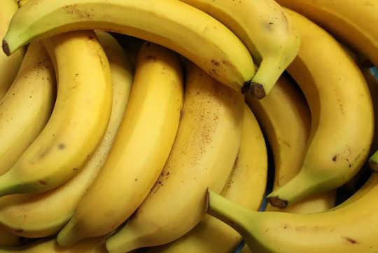 Plusieurs bananes à la peau légèrement tachetée de rousseur