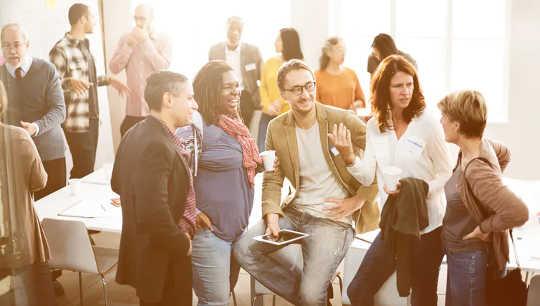 社会活動はメンタルヘルスに良い場合がありますが、あなたが利益を得るかどうかはあなたが持っている友人の数に依存します